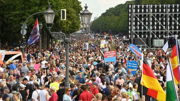 alemania:-la-policia-disperso-multitudinaria-manifestacion-anti-covid-en-berlin-[fotos]