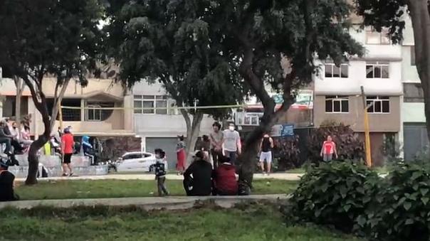 ate:-jovenes-se-reunen-para-jugar-voley-en-pleno-estado-de-emergencia-[video]