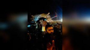 india:-un-avion-con-mas-de-180-personas-a-bordo-se-parte-en-dos-al-aterrizar-de-emergencia