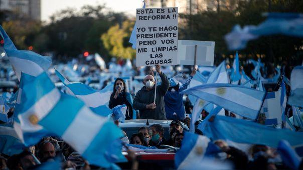 miles-de-personas-desfian-la-cuarentena-y-marchan-contra-el-gobierno-argentino-[fotos]