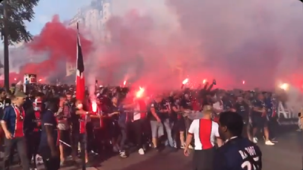 hinchas-del-psg-se-aglomeran-en-paris-por-la-final-de-la-champions-league:-la-mayoria-sin-mascarilla