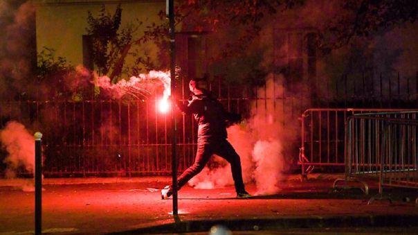 disturbios-y-gases-lacrimogenos-en-paris-tras-la-derrota-del-psg-en-la-champions-league
