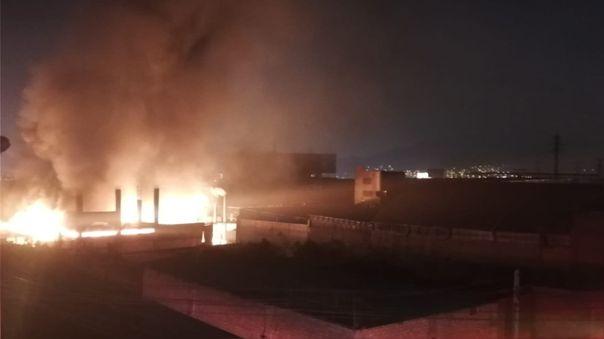 bomberos-confinan-incendio-en-fabrica-clandestina-de-calzado-de-el-agustino