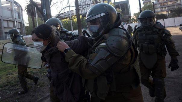 chile:-detienen-a-policia-que-lanzo-a-un-menor-al-rio-mapocho-durante-protesta