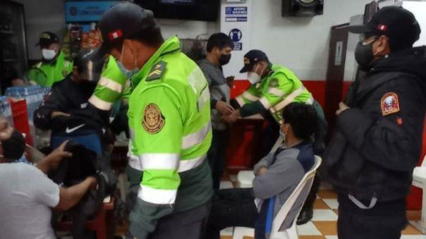la-victoria:-mas-de-30-personas-detenidas-por-beber-licor-y-jugar-fulbito-pese-a-restricciones