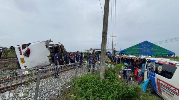 tailandia:-al-menos-17-muertos-tras-choque-entre-un-autobus-y-un-tren
