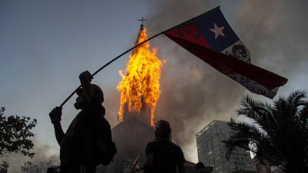 encapuchados-incendian-iglesia-en-santiago-durante-manifestacion-que-convoco-a-miles-de-personas