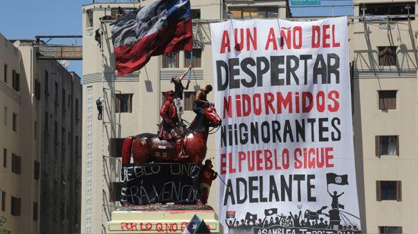 chile:-miles-de-personas-toman-plaza-italia-de-santiago-en-primer-aniversario-de-protestas-[fotos]